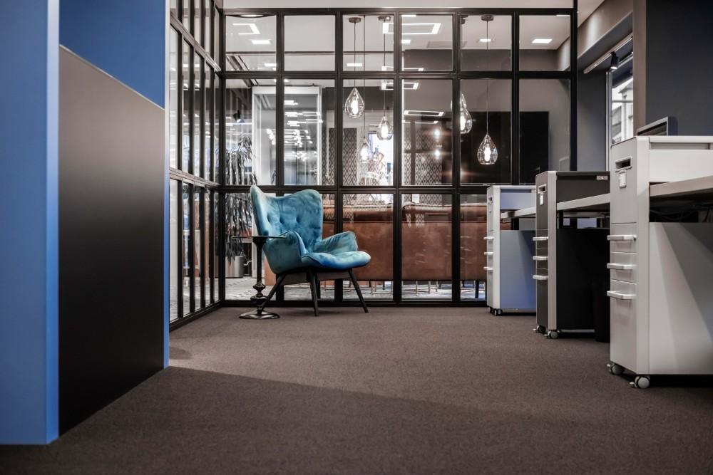 Blaue Elemente zwischen Leder, Holz und Glas vermitteln das Barmenia-Brand-Image. Abbildung: Maximilian Heinsch, Brust+Partner GmbH