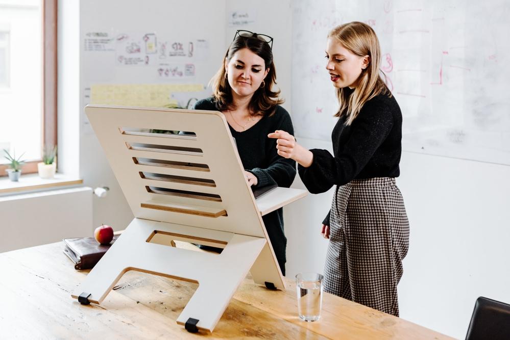 Der Standsome Slim White ermöglicht ergonomische Arbeit an jedem Tisch. Abbildung: Standsome