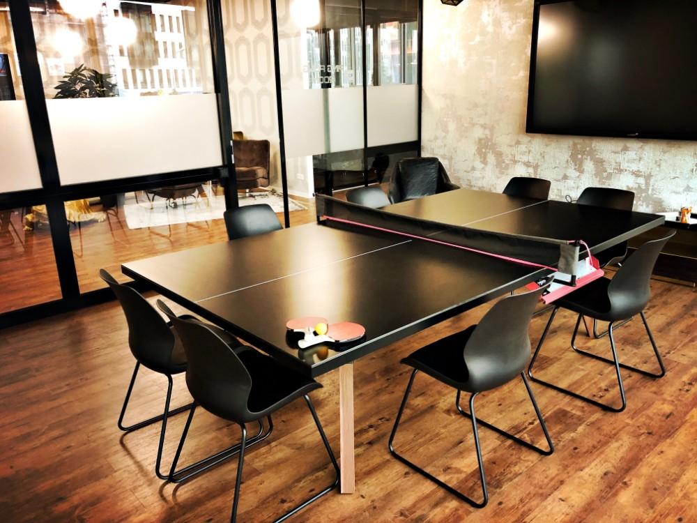 Konferenztisch, auch als Tischtennisplatte nutzbar. Abbildung: @Work