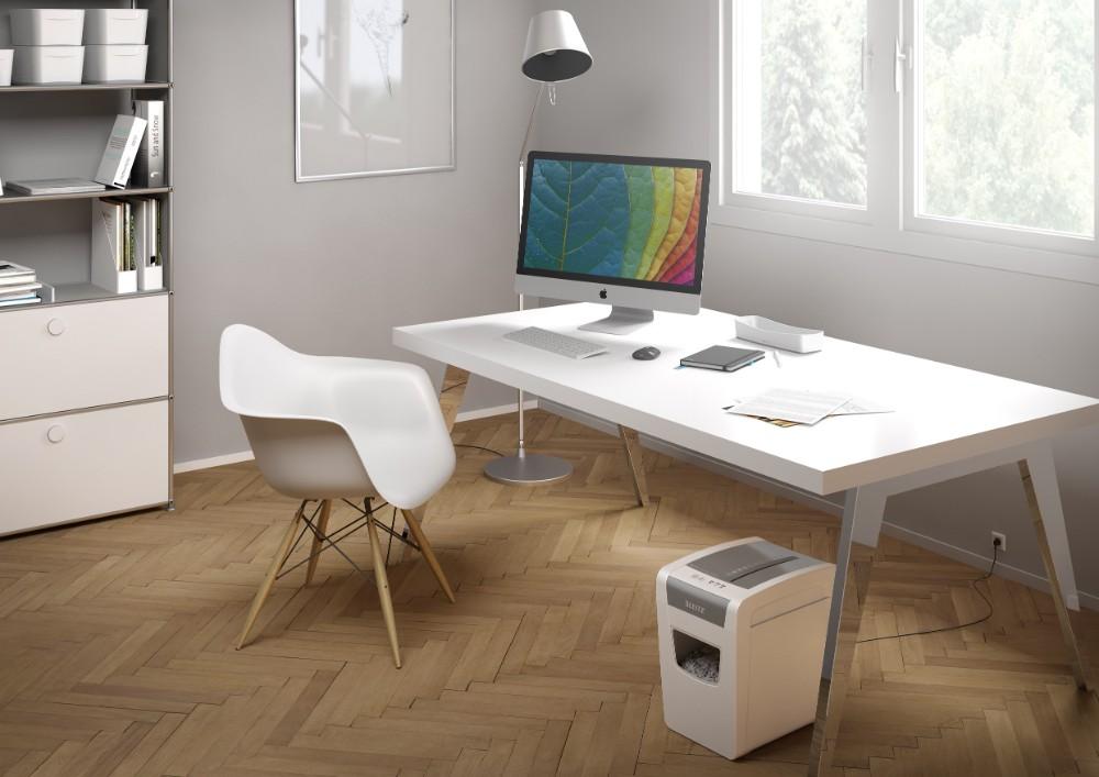 Für das Home-Office bieten sich Schredder an, die sich unter dem Schreibtisch positionieren lassen. Abbildung: Leitz