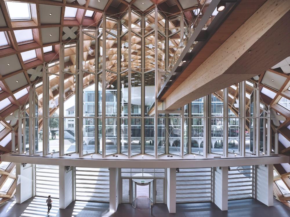 Transparenz, Offenheit und Helligkeit zeichnen das verglaste Foyer aus. Abbildung: Swatch