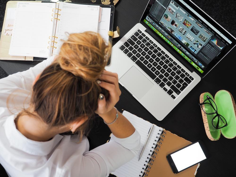 Unklarheiten und Überforderung führen zu Stress am Arbeitsplatz. Abbildung: Yan/Pexels