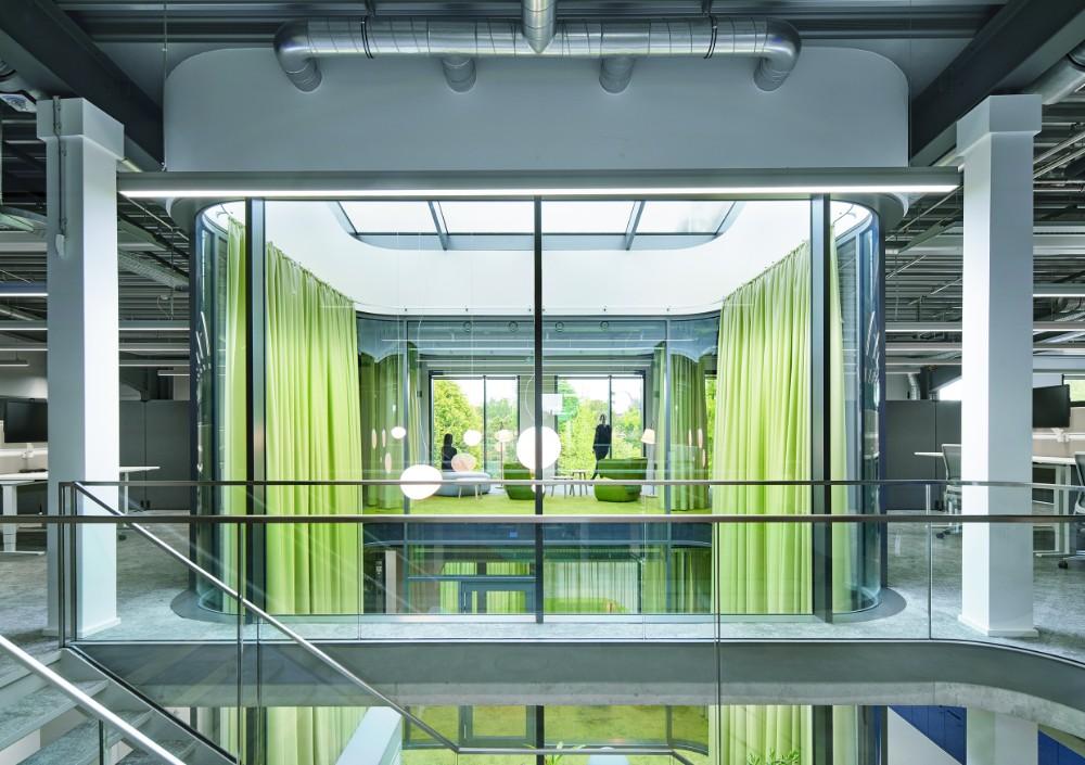 Der Lichtschacht verbindet die obere und untere Ebene der Arbeitswelten. Abbildung: Annika Feuss, bkp GmbH