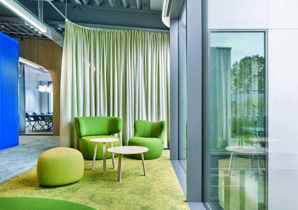 Grüne Inseln mit Lounge-Sesseln kennzeichnen Bereiche für Kommunikation oder Entspannung. Abbildung: Annika Feuss, bkp GmbH