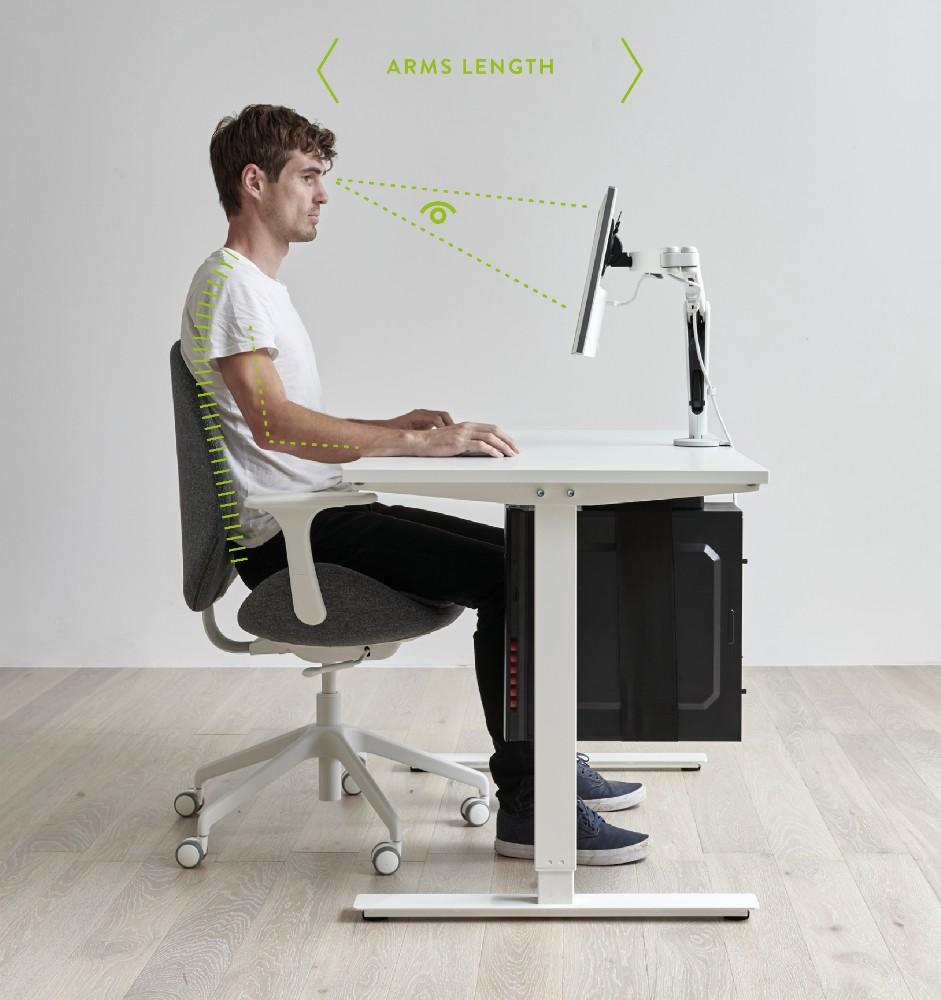 Perfekt: Die Monitoroberkante sollte sich auf Sitzaugenhöhe befinden und der Bildschirm eine Armlänge entfernt sein. Abbildung: CBS