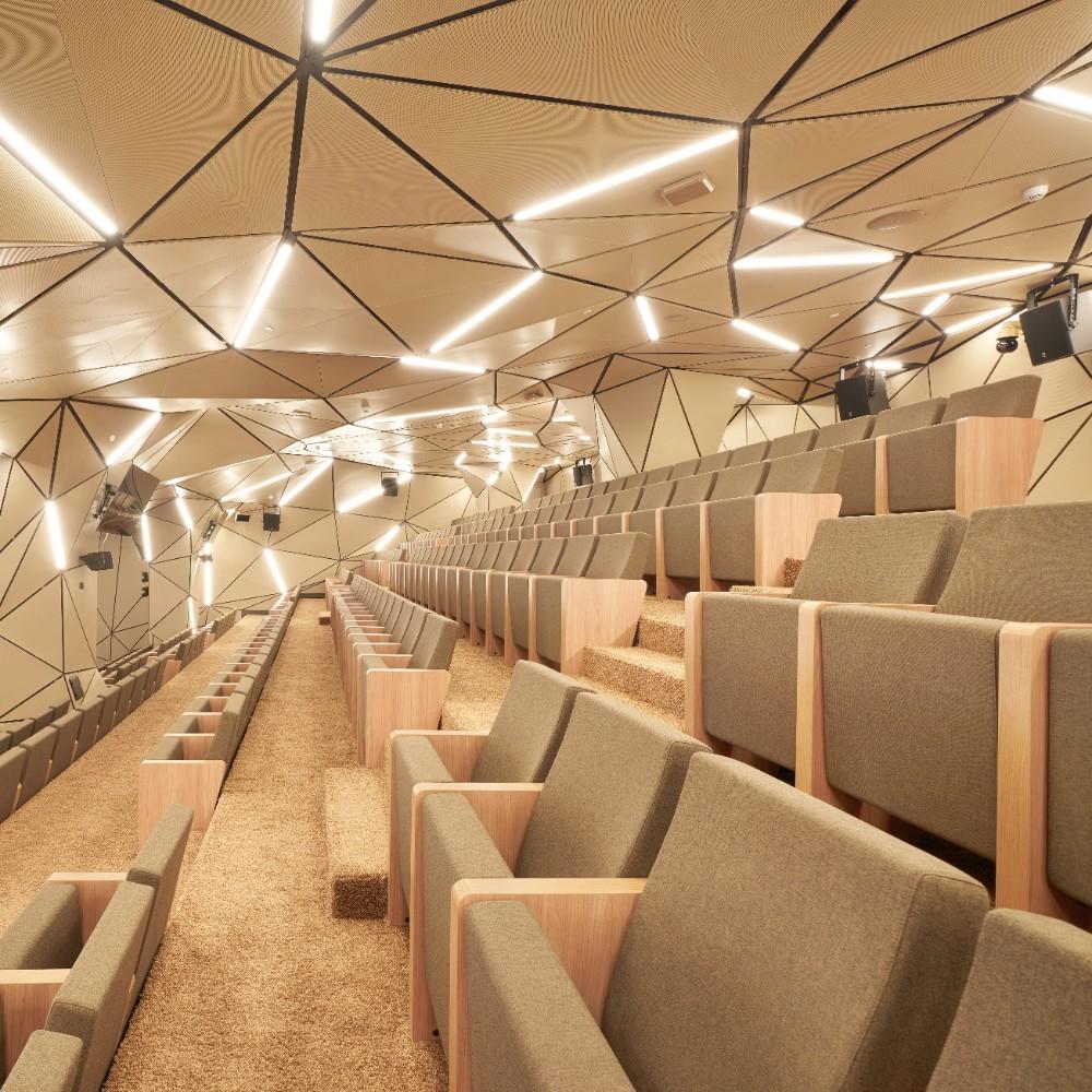 Im Konferenzzentrum sind 1.136 einzelne, dreieckige Akustikpaneele verbaut. Abbildungen: Sergey Melnikoff, Sberbank