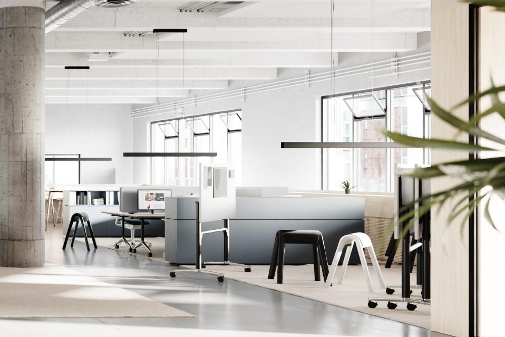 Auch die angrenzenden, durch Highboards zonierten Arbeitsbereiche lassen sich dank mobiler und multifunktionaler Tischlösungen unterschiedlich bespielen, etwa für fokussierte Einzel- oder temporäre Projektarbeit. Abbildung: 1zu33, Wilkhahn