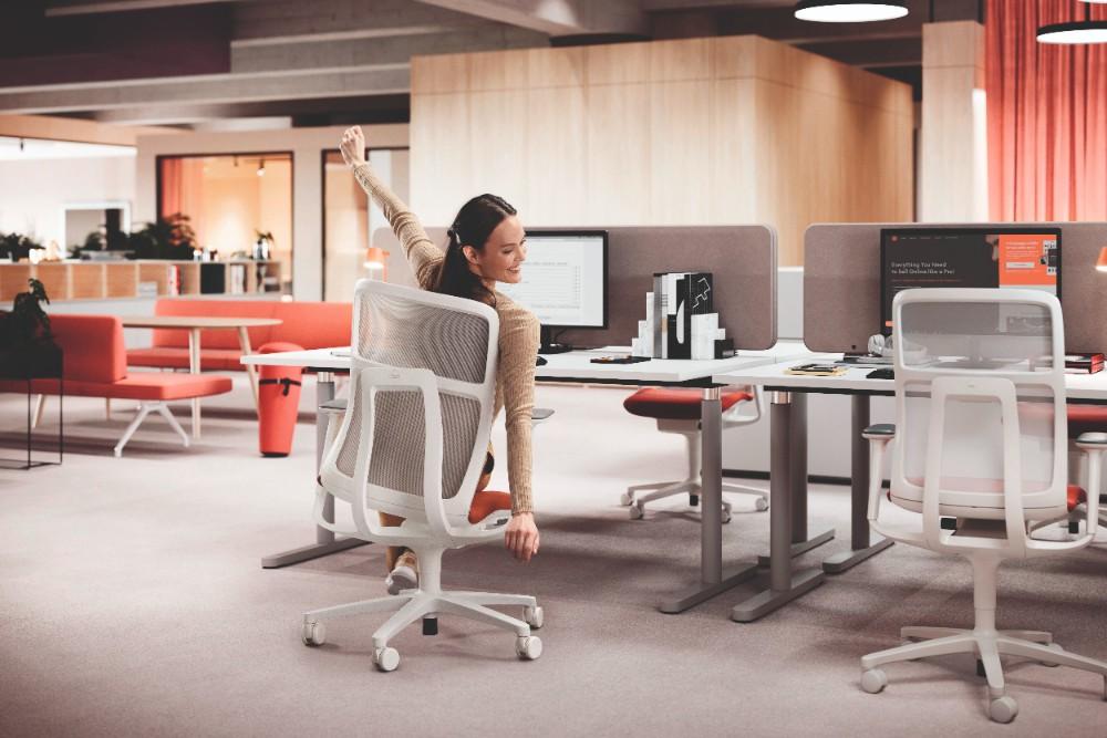 An den Arbeitsplätzen wird das Wohlbefinden beispielsweise durch Bewegungsförderung, Bedienungskomfort und akustische Raumqualität getriggert. Abbildung: 1zu33, Wilkhahn