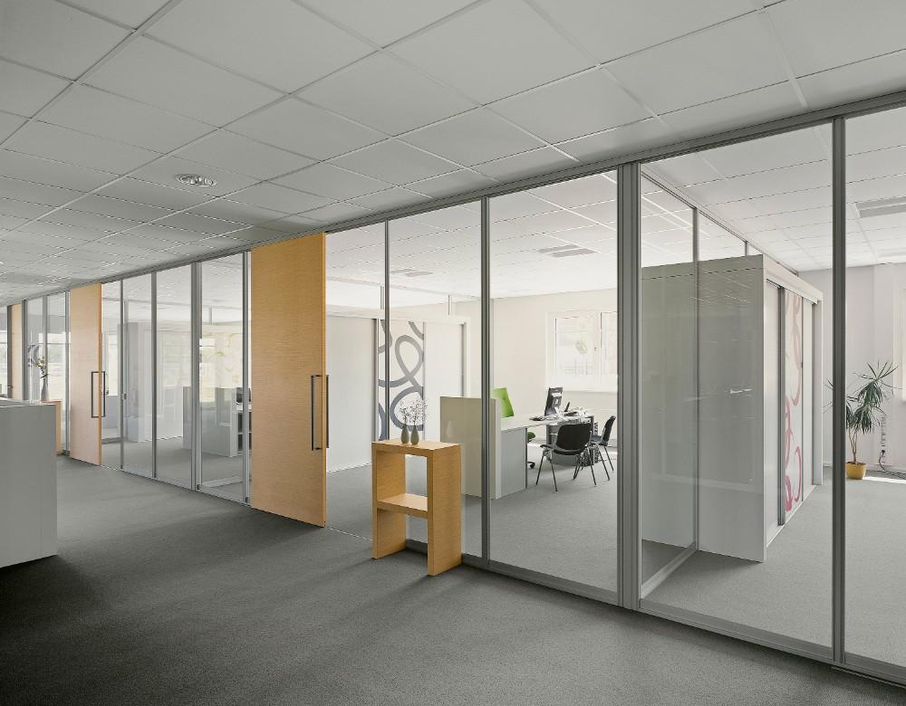 Sicheres Arbeiten im Bremer Hauptsitz dank des Trennwandsystems S1500 von raumplus. Abbildung: raumplus