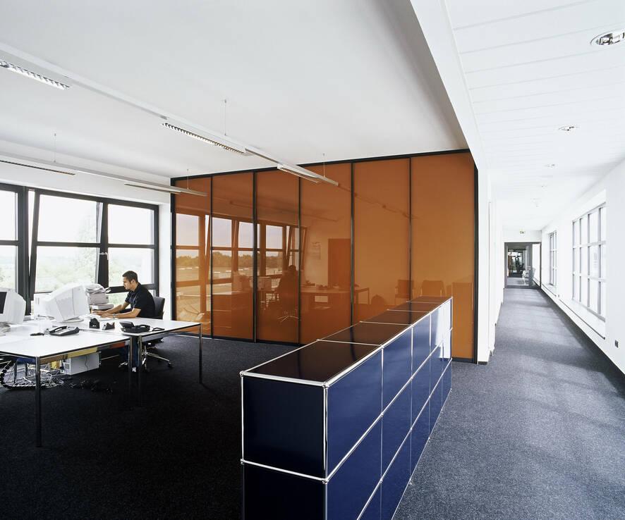 Eine räumliche Abtrennung im Office ermöglichen mobile Raumtrennsysteme von raumplus. Abbildung: raumplus