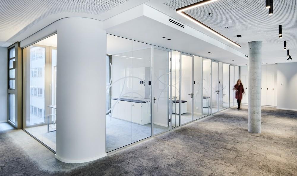Lichtgraue Wände und Teppichböden vermitteln Offenheit und Leichtigkeit. Abbildung: Joachim Grothus, Brandherm + Krumrey