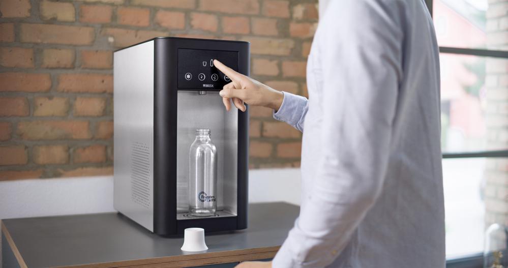 Leitungsgebundene Wasserspender animieren Mitarbeiter, ausreichend zu trinken. Abbildung: Brita