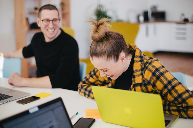 Kleine Arbeitsgruppen können flexibler und schneller auf Probleme reagieren. Abbildung: You x ventures, Unsplash