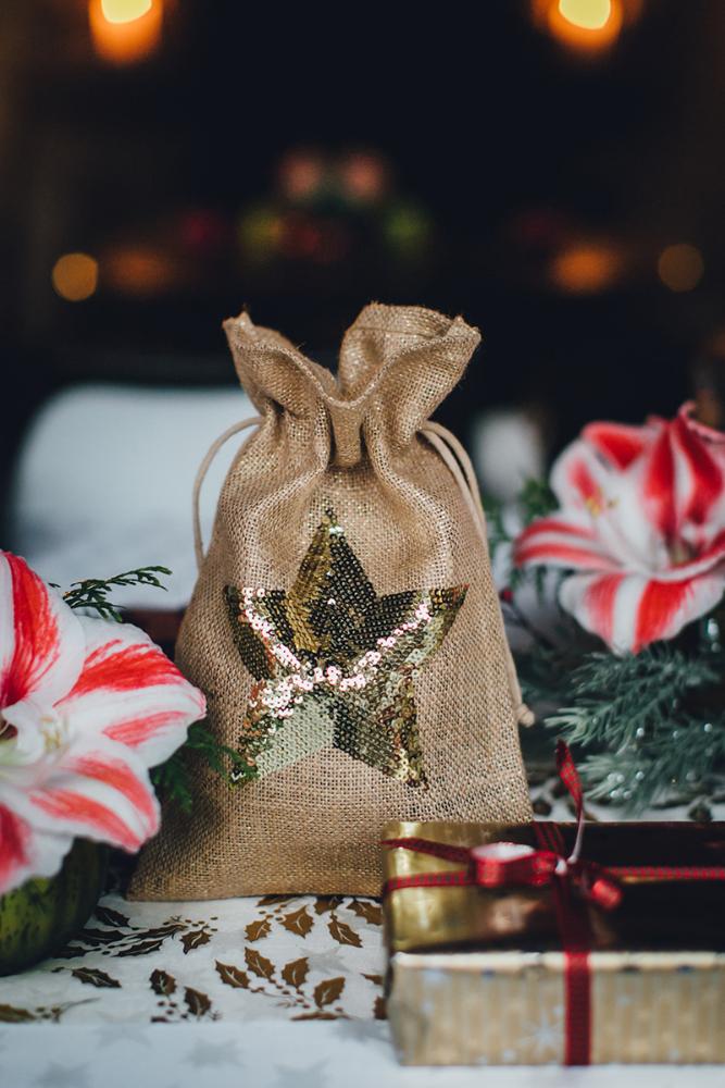 Nachhaltig schön sind Geschenksäckchen und Taschen aus der Naturfaser Jute. Durch ihre Langlebigkeit können sie jedes Jahr aufs Neue wieder eingesetzt werden.