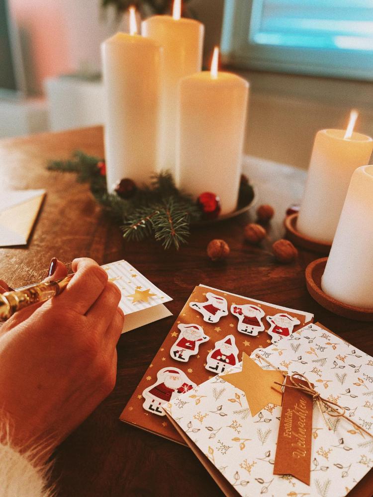 In der Vielzahl an Karten zu Weihnachten fallen hübsche Details wie Schleifen und Anhänger besonders auf.