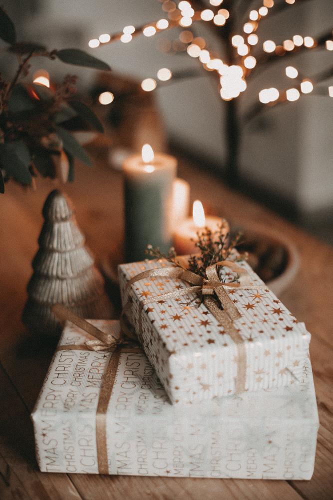 Besondere Papierqualitäten, stimmungsvolle Designs und Schleifen machen das Auspacken von Geschenken erst zum Erlebnis.
