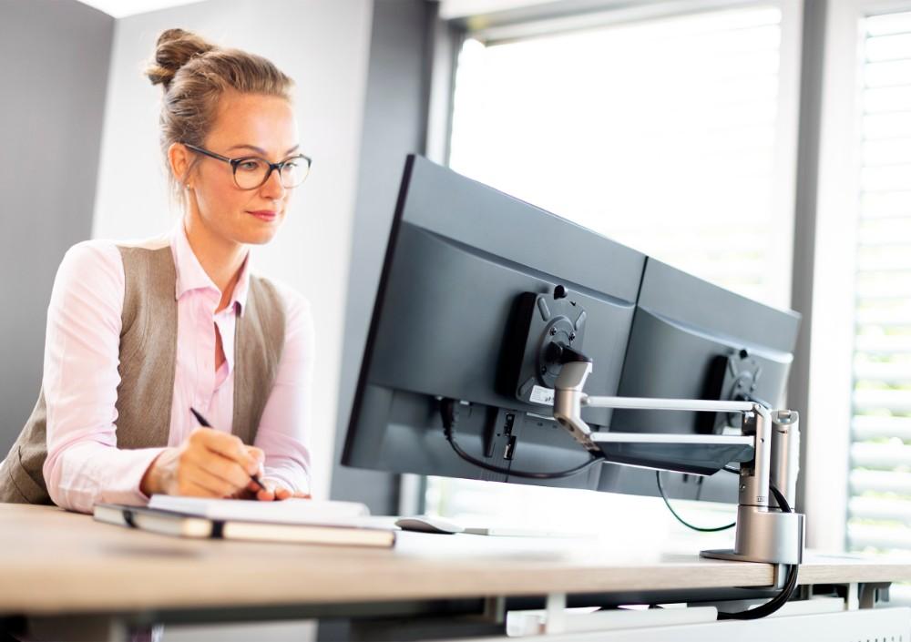 Auch ein auch Duo-Tragarm für Arbeitsplätze mit zwei Bildschirmen ist Teil der Serie. Abbildung: Novus Dahle