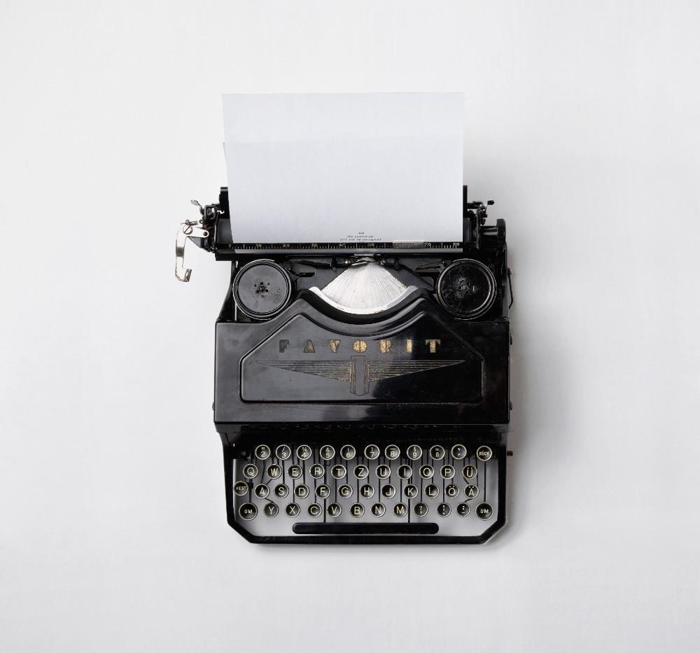 Die Schreibmaschinen im Büro wurden durch Computer ersetzt. Nun darf der Mensch nicht auf der Strecke bleiben. Abbildung: Florian Klauer, Unsplash