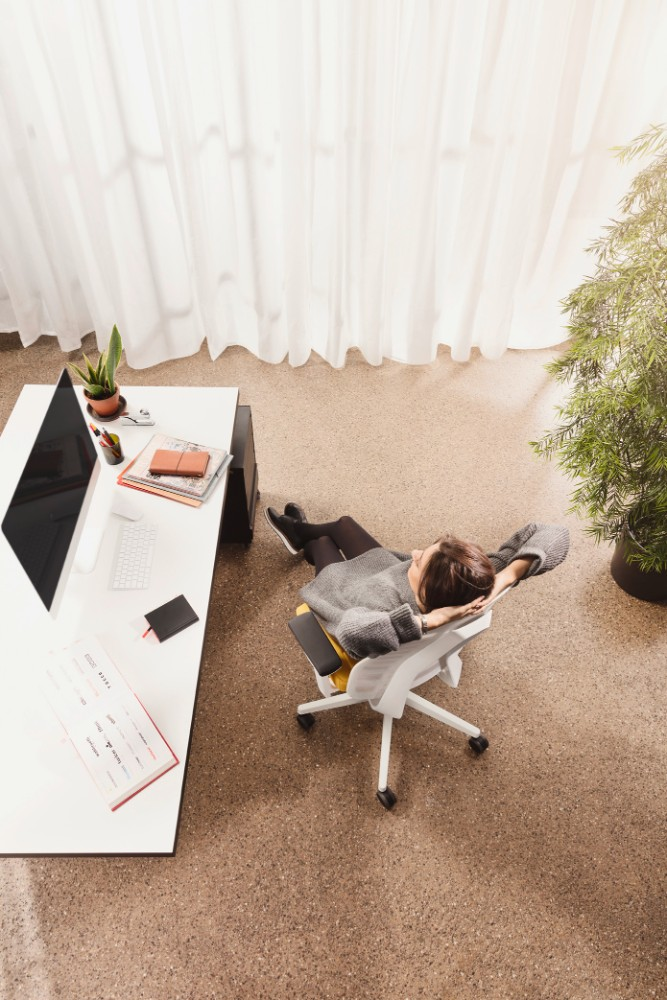 Wenn wieder verstärkt aus dem Homeoffice gearbeitet werden soll, soll-ten Arbeitgeber ihre Mitarbeiter bei der Einrichtung eines ergonomischen Homeoffice unterstützen. Abbildung: Interstuhl