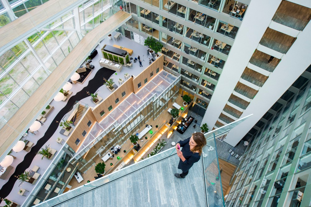Die Interact Office-Workspace-App leitet Mitarbeiter in wenig frequentierte Gebäudebereiche. Abbildung: Signify