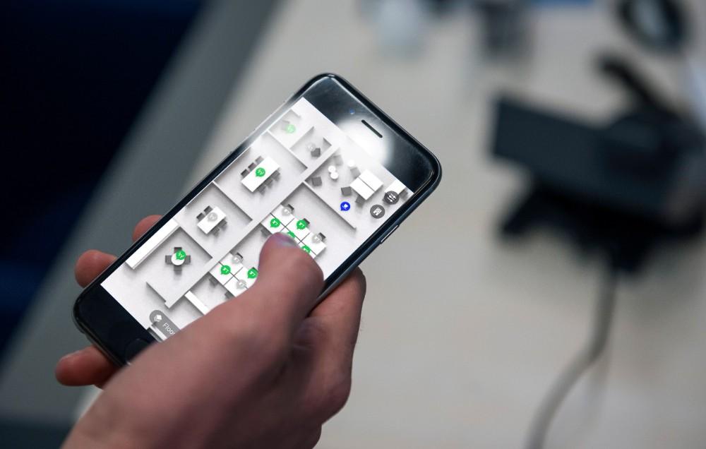 Die Signify-App unterstützt Mitarbeiter beim Einhalten der Abstandsregeln. Abbildung: Signify