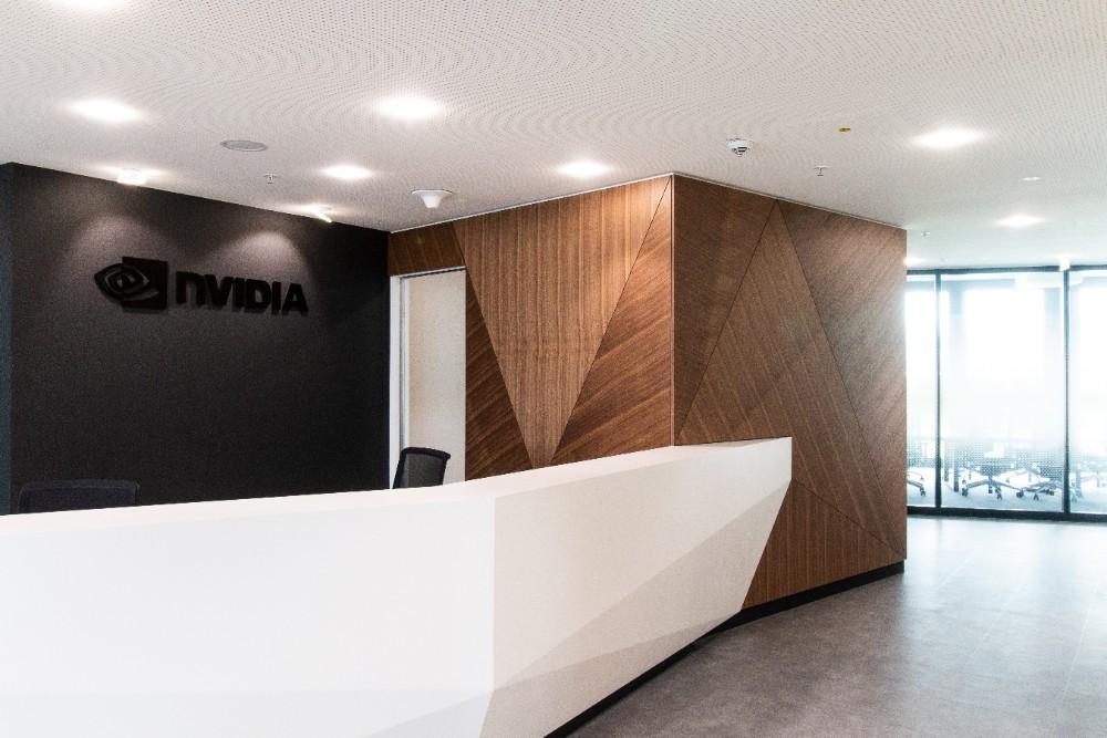 Wiederkehrende Dreiecksformen und viel Holz geben dem Nvidia-Eingangsbereich seinen Charakter. Abbildungen: Gleb Polovnykov, CSMM