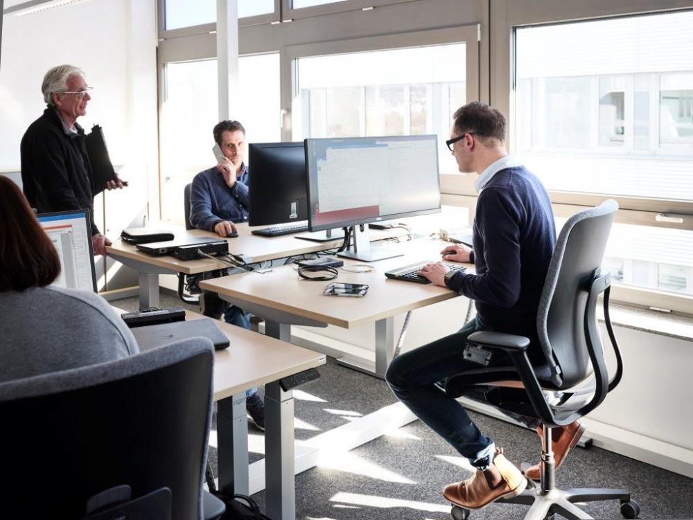 Mit den 3-D-Bürostühlen wird vielfältigere Bewegung und durch die erhöhte Sitzposition auch die Steh-Sitz-Dynamik gefördert. Abbildung: Wilkhahn