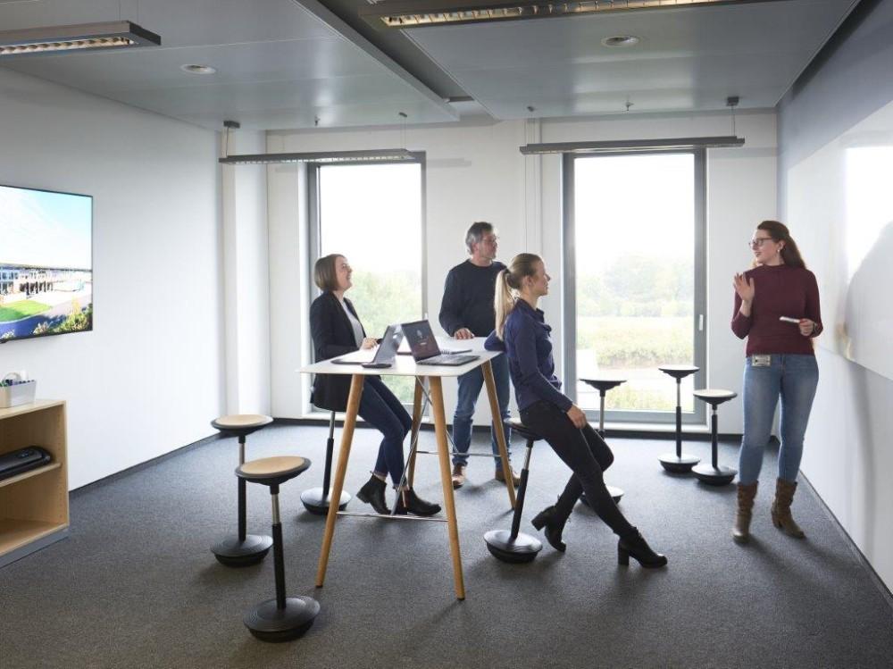 Büromöbel sollen zu einer bewegten Haltung zwischen Stehen und Sitzen animieren. Abbildung: Wilkhahn