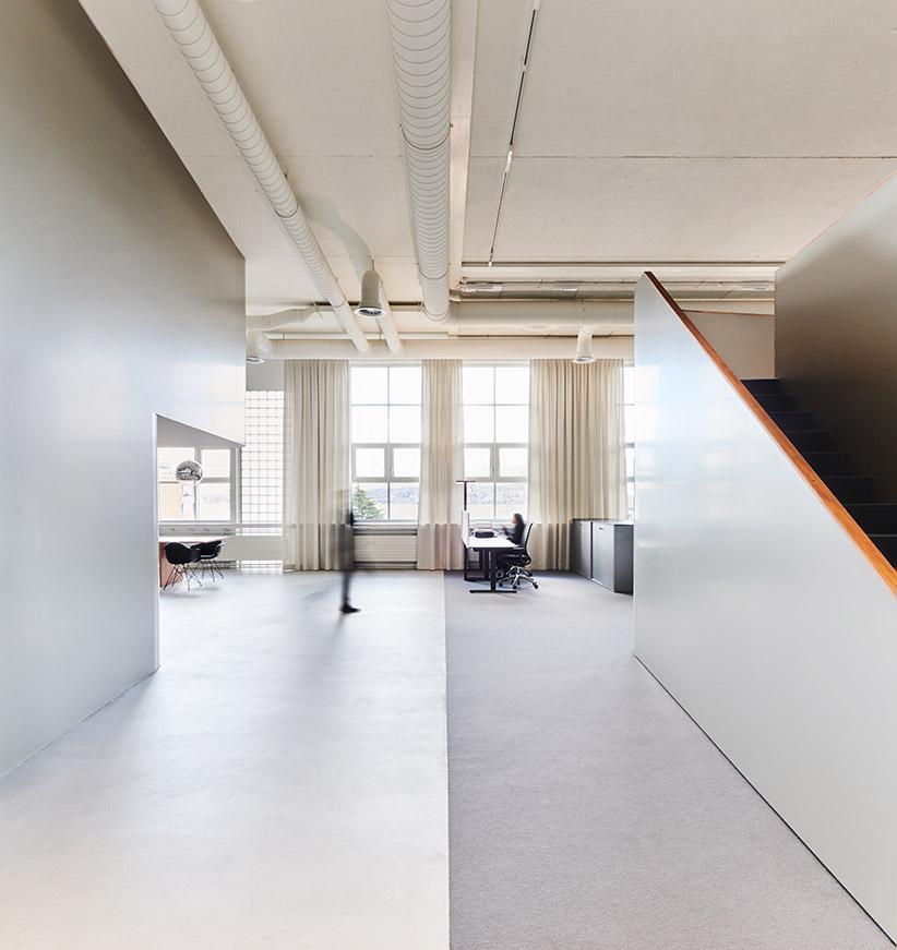 Die Halle ist durch skulpturale Kuben zoniert sowie in eine öffentliche und private Zone eingeteilt. Abbildungen: Mint Architecture