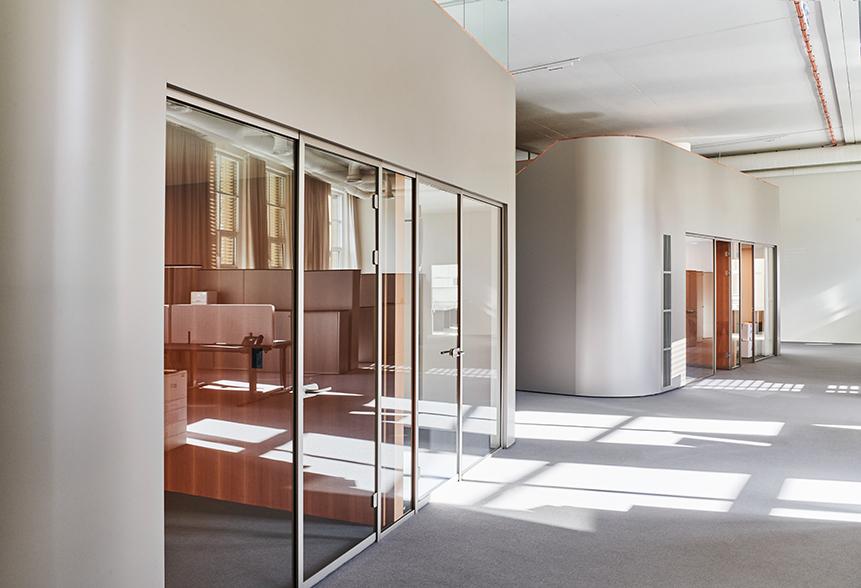 Die Kuben fungieren als Einzelbüros und Sitzungsnischen. Abbildungen: Mint Architecture