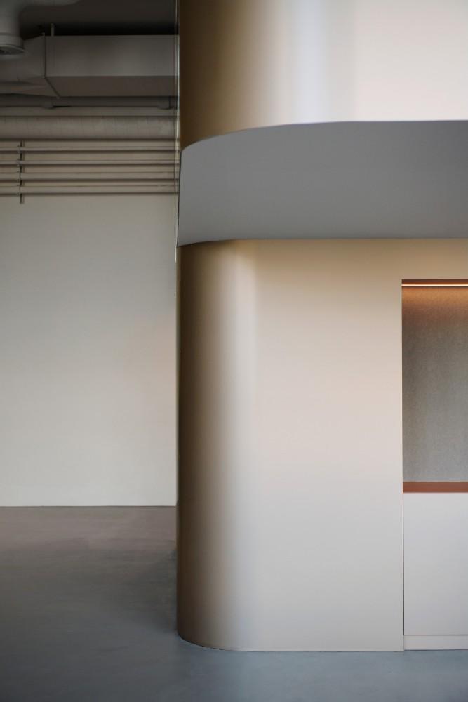 Die weichen Rundungen schaffen eine harmonische Verbindung zur industriellen Hülle. Abbildungen: Mint Architecture