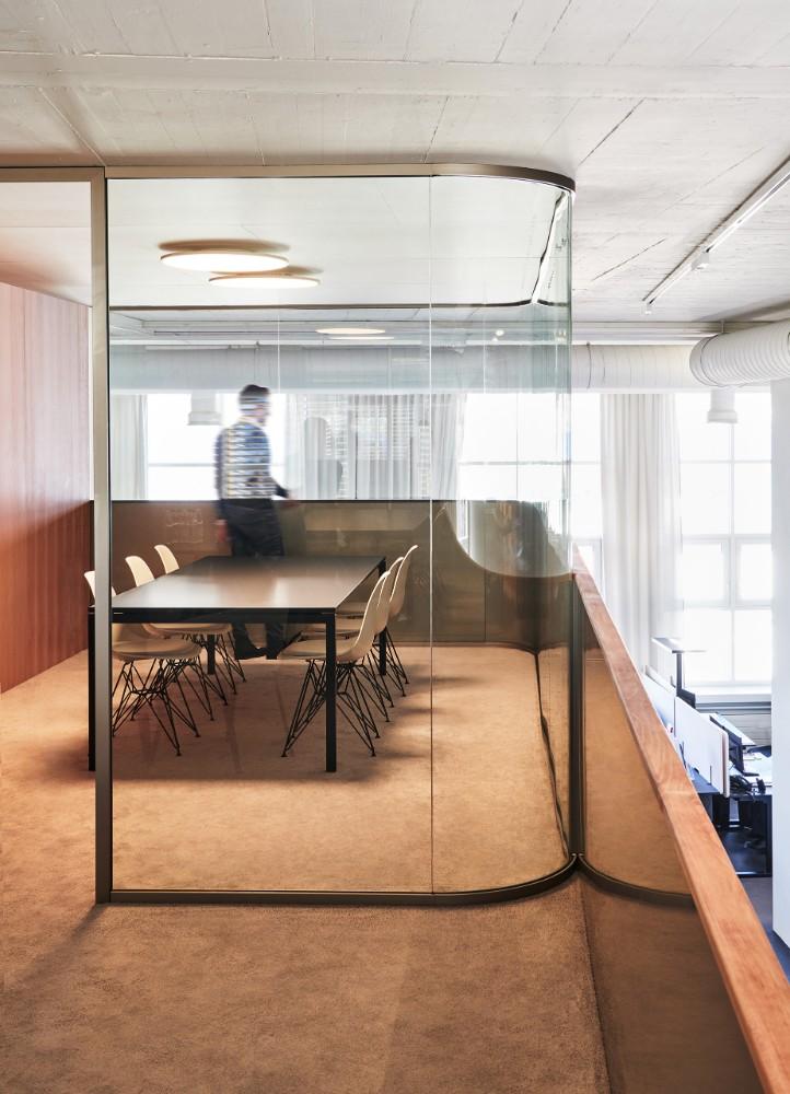 Die Kuben bieten Raum für Kundenberatung, Meetings und vertrauliche Gespräche. Abbildungen: Mint Architecture