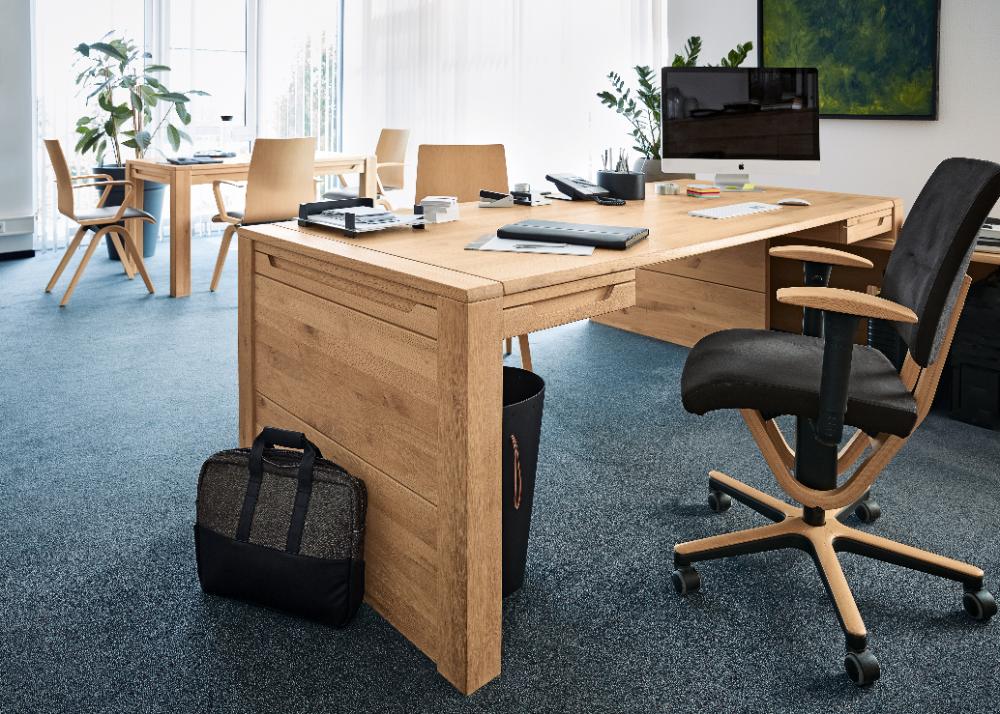 Die Möbelwerke A. Decker GmbH bezieht für ihre Massivholzmöbel Schnittholz direkt aus dem Wald und nutzt keine bereits verarbeitete Plattenware. Abbildung: Decker