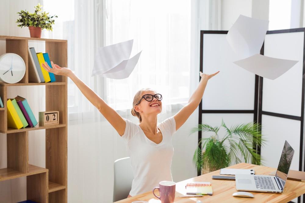 2030 könnte die Büroarbeit digitaler, menschengerechter, ökologisch nachhaltiger und gesünder sein als heute. Abbildung: Freepik