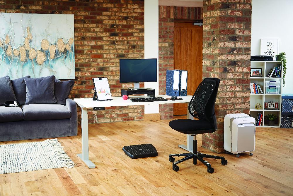 Auf dem Schreibtisch im Homeoffice machen Bankers Boxen von Fellowes eine nachhaltig gute Figur. Abbildung: Fellowes