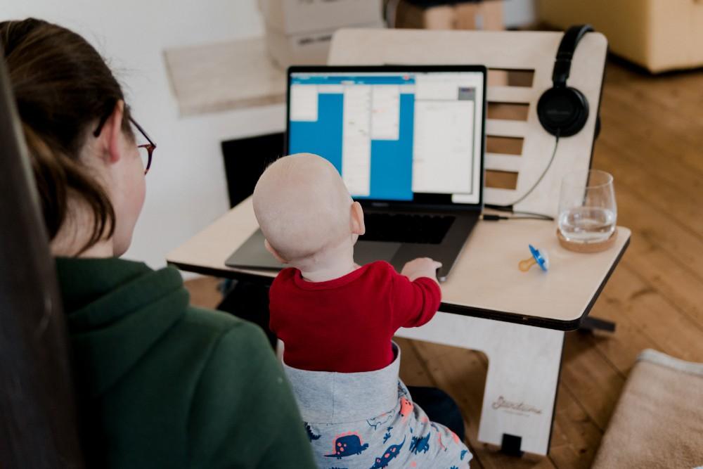 Mit kleinen Kindern ist konzentrierte Arbeit im Homeoffice kaum möglich. Abbildung: Standsome Worklifestyle, Unsplash