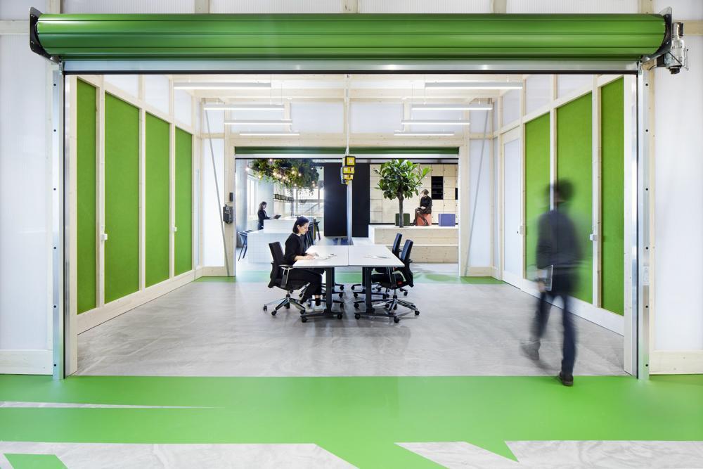 Durch elektrische Rollläden lassen sich die offenen Projekträume zonieren. Abbildung: Markus Guhl