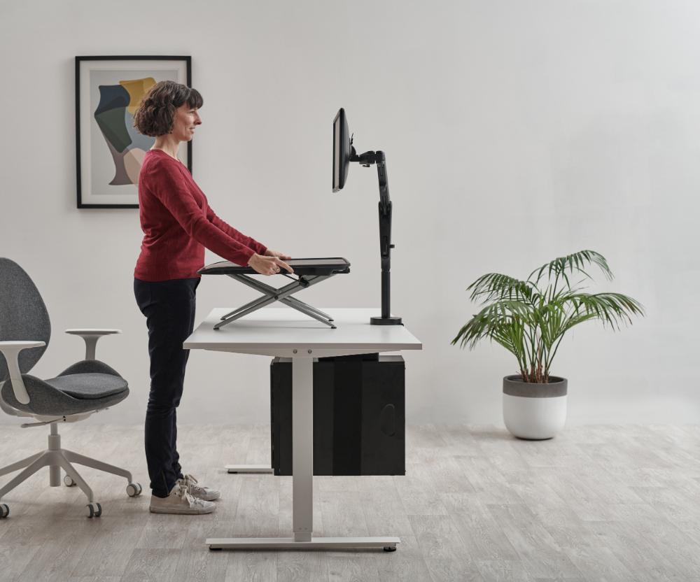 Monto verwandelt einen festen Schreibtisch in einen höhenverstellbaren Arbeitsplatz. Abbildung: CBS