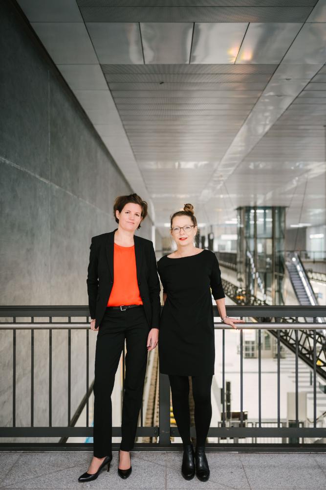 Die Herausgeberinnen der Studie: Prof. Dr. Marion Peyinghaus (li.) und Prof. Dr.-Ing. Regina Zeitner (re.) sind. Abbildung: Alexander Rentsch, HTW Berlin