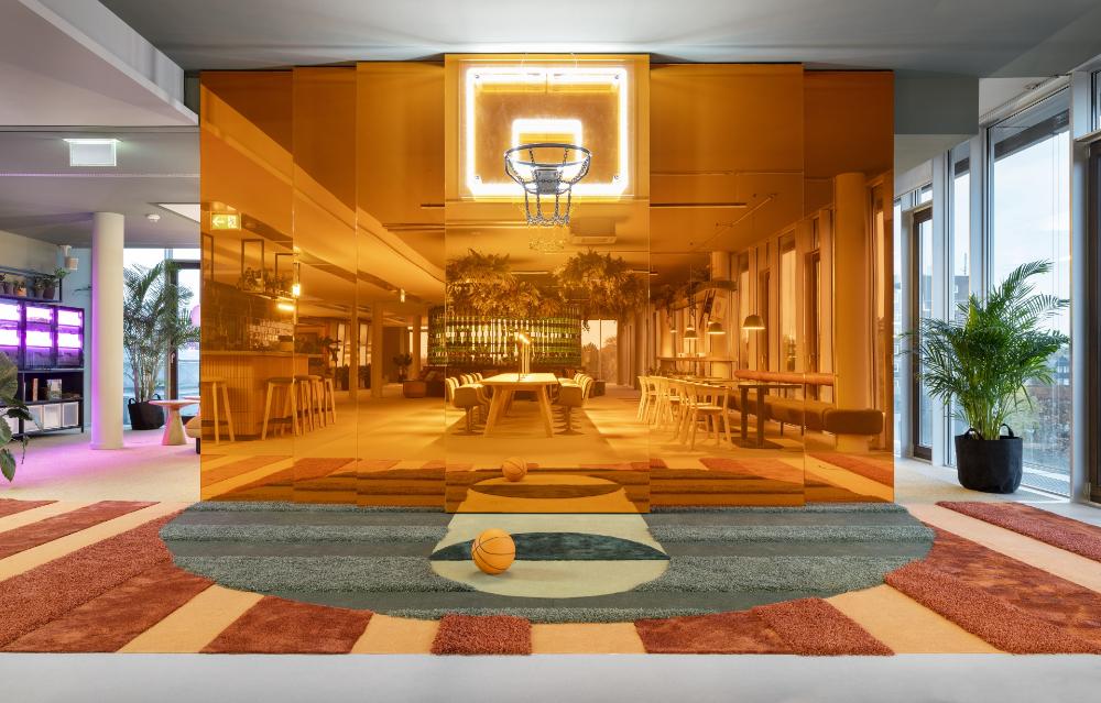 Zeit für ein kreatives Time-out oder spielerisches Brainstorming unterm Basketballkorb. Abbildung: Alexander Ludwig Obst & Marion Schmieding