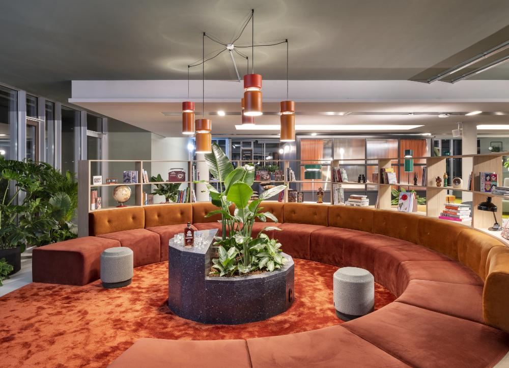 Für intensive Gespräche oder zum wilden Assoziieren: Das große runde Sofa ist Teil der Arbeitskultur. Abbildung: Alexander Ludwig Obst & Marion Schmieding