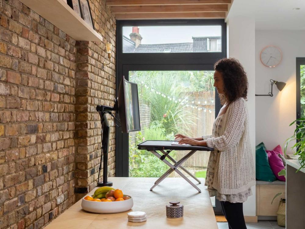 Elegant und anspruchsvoll: Der Schreibtischaufsatz Monto ist die ideale Lösung fürs Arbeiten im Homeoffice. Abbildung: CBS