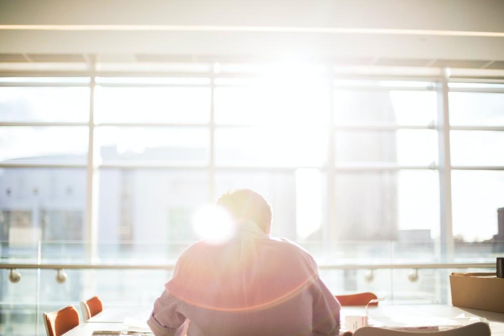 Durch ein gefördertes Wohlbefinden wird ebenfalls die Mitarbeiterbindung und das Betriebsklima gestärkt. Abbildung: Bethany Legg, Unsplash