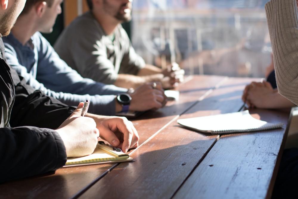 Verbesserte Innenluftqualität fördert die Leistung der Angestellten und senkt maßgeblich die Fehlzeiten. Abbildung: Dylan Gillis, Unsplash