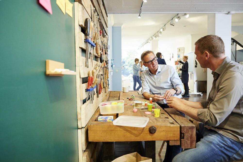 Spielerisches Basteln ist hilfreicher Bestandteil der Prototyping-Phase im Design Thinking Foto: New Work Lab Düsseldorf / NEU – Gesellschaft für Innovation mbH