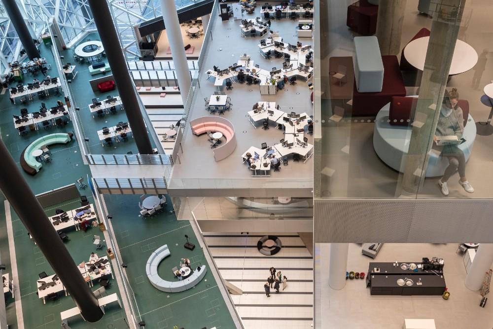 Coworking-Möblierung, Learning Labs oder Meeting-Pods unterstützen ein kreatives Arbeitsumfeld. Abbildung: Laurian Ghinitoiu, Axel Springer, OMA