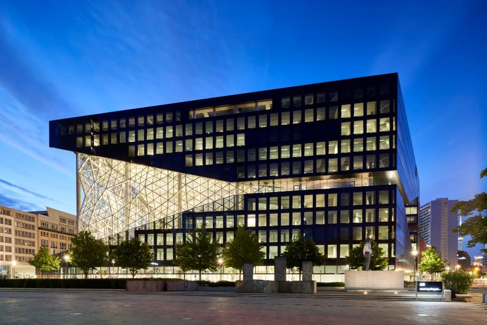 Markantes Erscheinungsbild dank grau getönter Glasflächen und Fassadenelementen in 3-D-Optik. Abbildung: Nils Koenning, Axel Springer, OMA
