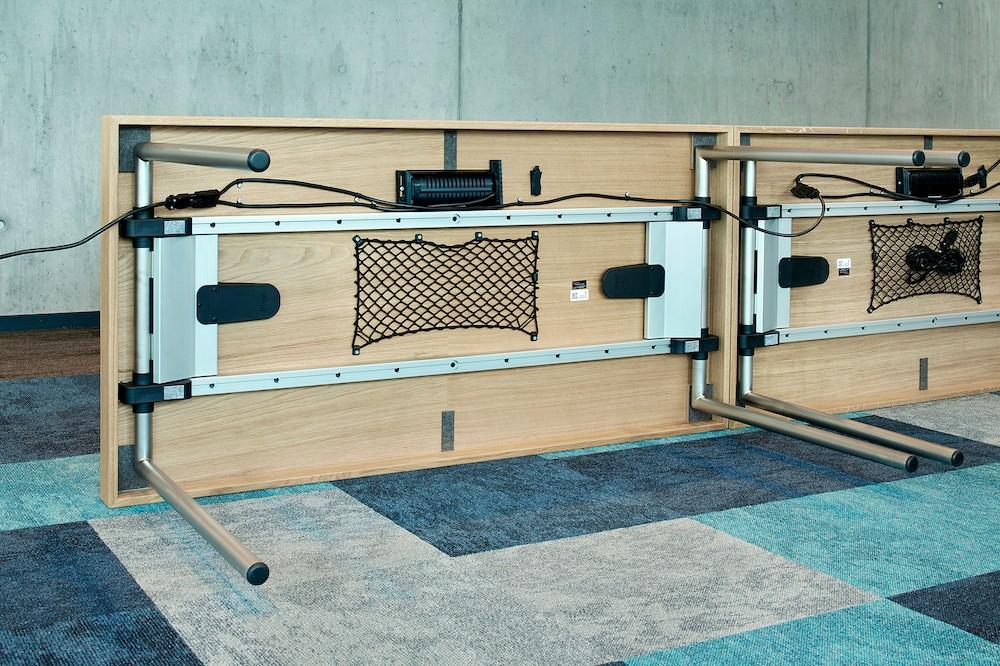 Das Koppeln der Tische ermöglicht eine sichere Stromund Datenversorgung. Abbildung: Schulte Elektrotechnik