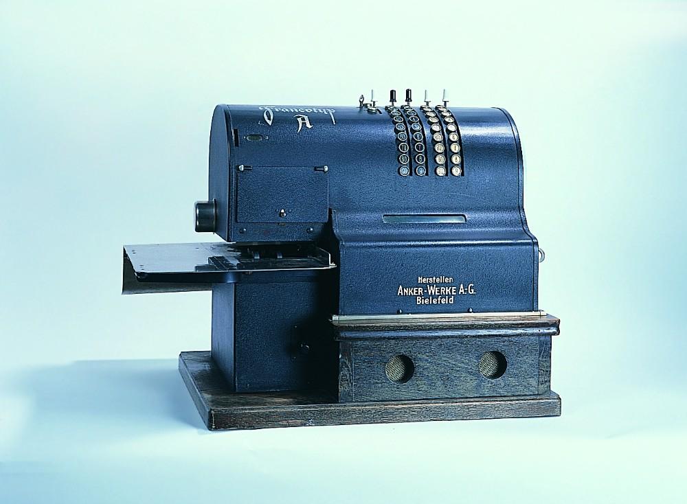 Francotyp A, die erste Francotyp-Maschine, aus dem Jahr 1927. Abbildung: Francotyp Postalia