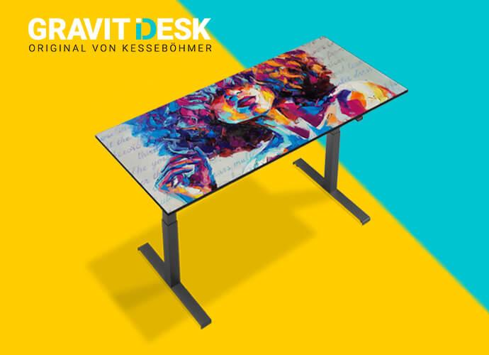 Ein ergonomischer Sitz-Steh-Tisch mit Ihrem persönlichem Motiv aus dem GRAVIT iDesk-Onlineshop von Kesseböhmer Ergonomietechnik im Wert von mindestens 679 € (UVP netto). Der Gewinner erhält einen Gutschein. Ein Differenzbetrag wird nicht ausbezahlt.